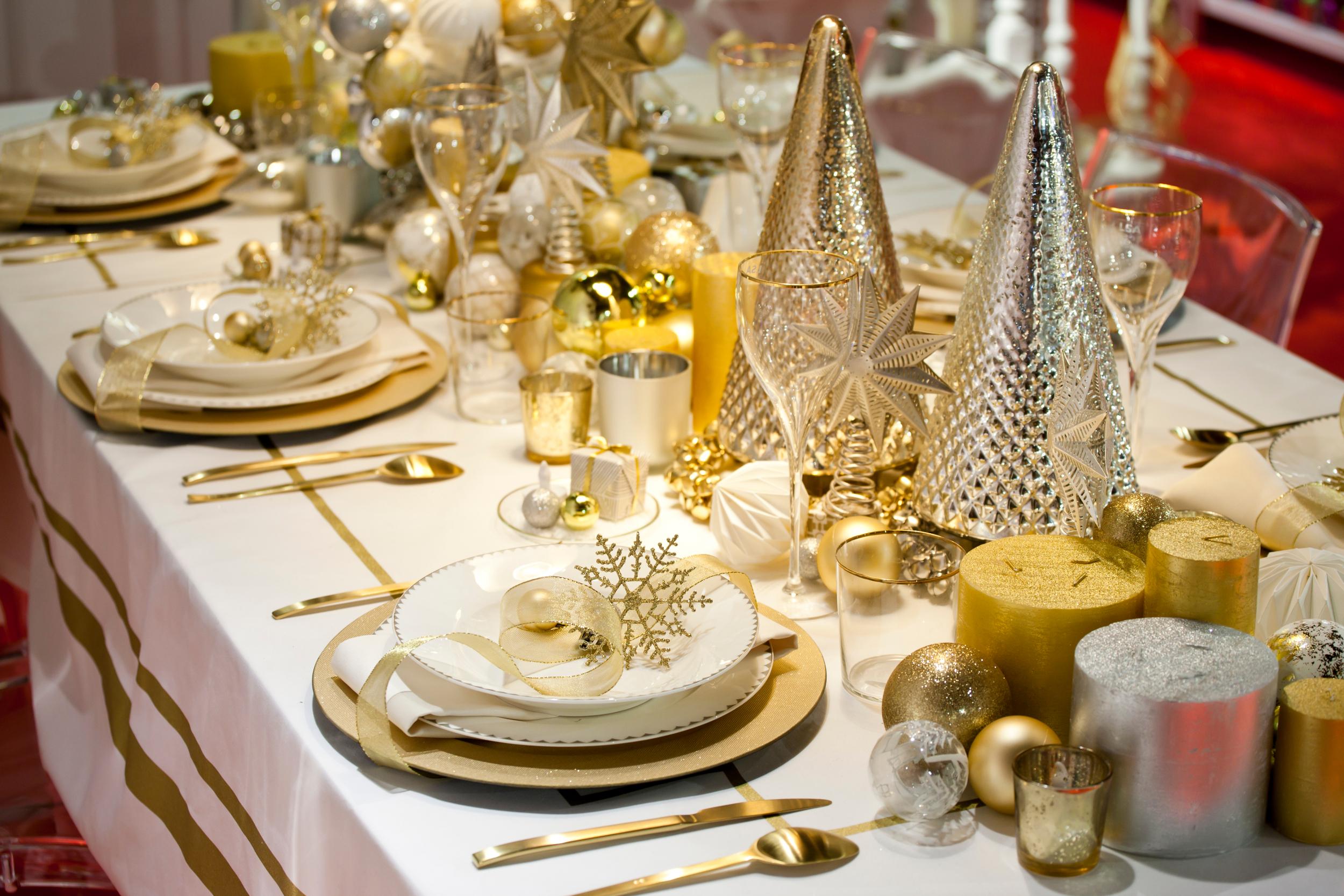 Сервировка и оформление стола на Новый год: стиль, цветовая гамма, декор