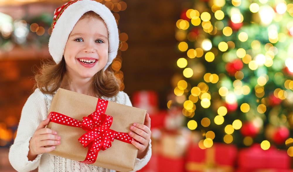 Подарки семье на Новый 2022 год - что дарить ребенку (список)