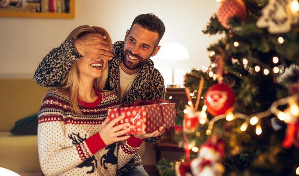 Подарки семье на Новый 2022 год - что дарить жене (список)