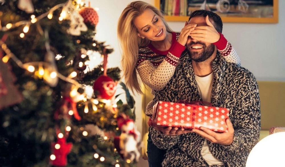 Подарки семье на Новый 2022 год - что дарить мужу (список)