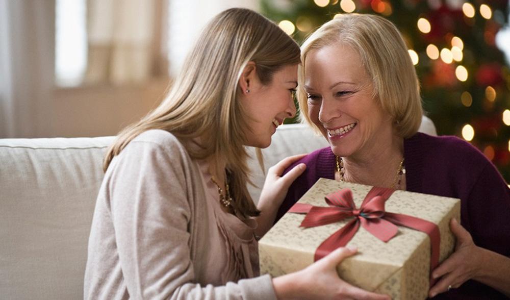 Подарки семье на Новый 2022 год - что дарить маме (список)