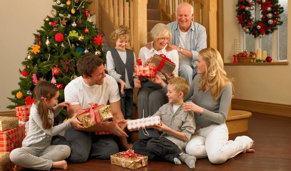 Подарки семье на Новый 2022 год - что дарить бабушкам и дедушкам (список)