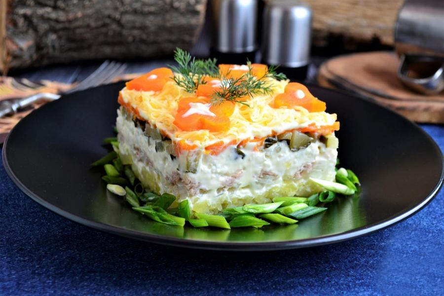 Слоеный салат с тунцом на Новый Год 2022