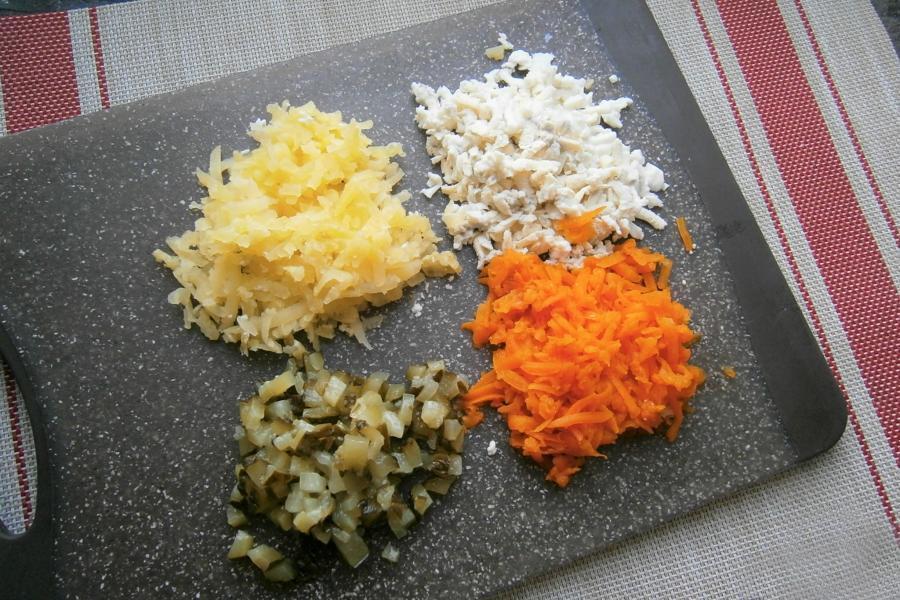 Как приготовить слоеный салат с тунцом на Новый Год 2022 - этап 2