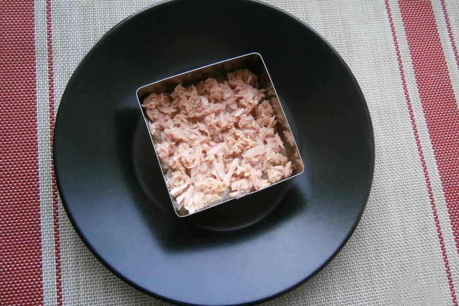 Как приготовить слоеный салат с тунцом на Новый Год 2022 - этап 5