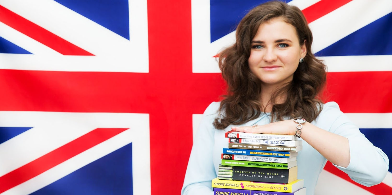 Девушка с учебниками